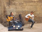 barcelona street entertainers in the gothic quarter